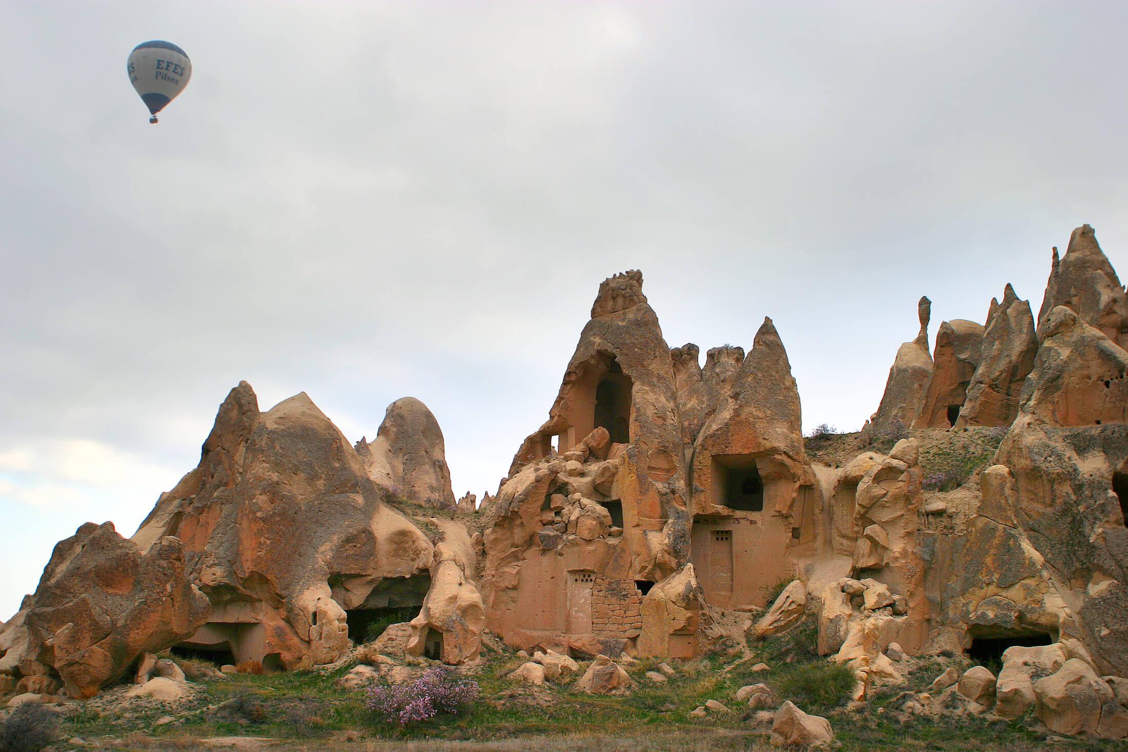 Hot_air_balloon_over_cappadocia_4