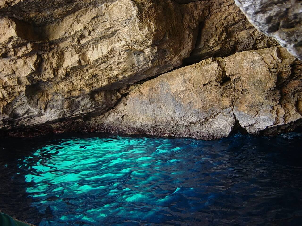 blue-grotto-590335_1280