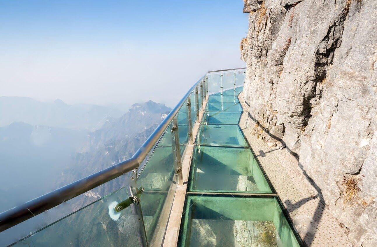 выше прозрачный мост в горах контора Нотариус Анева